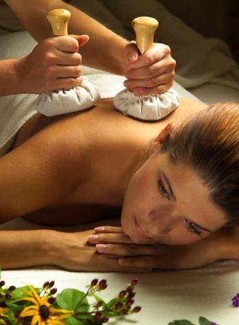 Massage aux pochons aromatiques 1
