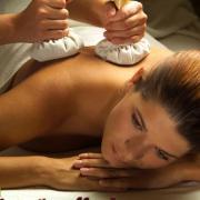 Massage aux pochons aromatiques